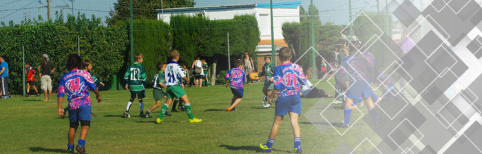 Photo d'enfants jouant au football sur le terrain de foot Aquitaine